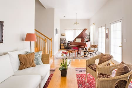Charming Home with a Grand Piano & Breakfast & Parking