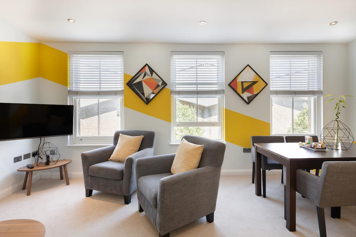 (h2) Colourful Apartment with Geometric Art near Brick Lane