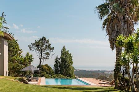 Charme & Design em Casa com Piscina e Vista Magnífica de Mar e Montanha