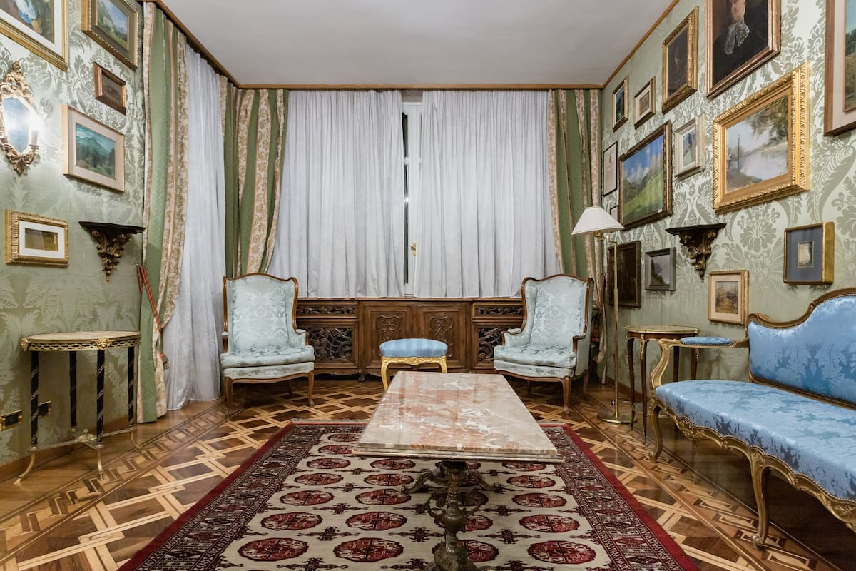 Charming Classic Villa Only a Few Minutes from Downtown
