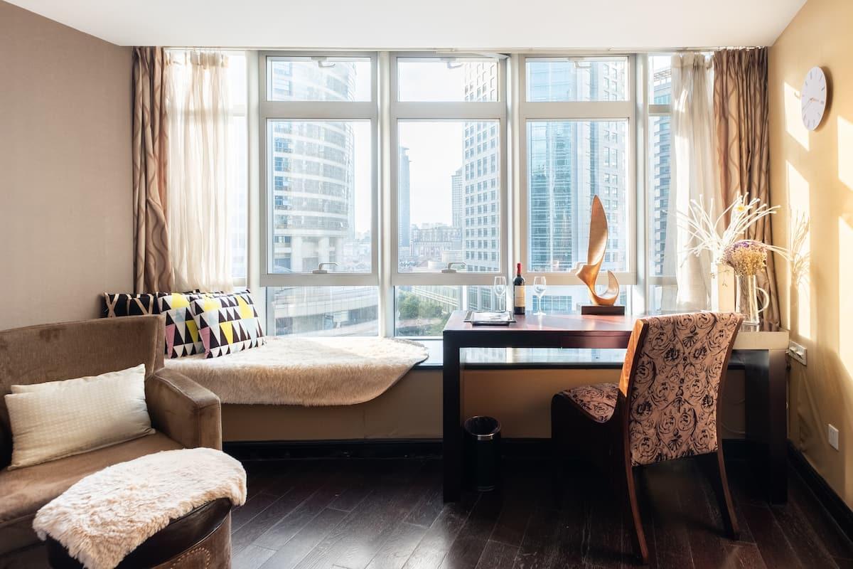 入住南京西路附近的豪华公寓,坐拥黄金商圈的繁华和便利