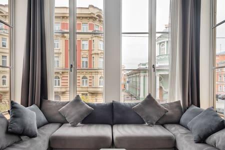 Стильные двухуровневые апартаменты с прекрасным видом на исторический центр