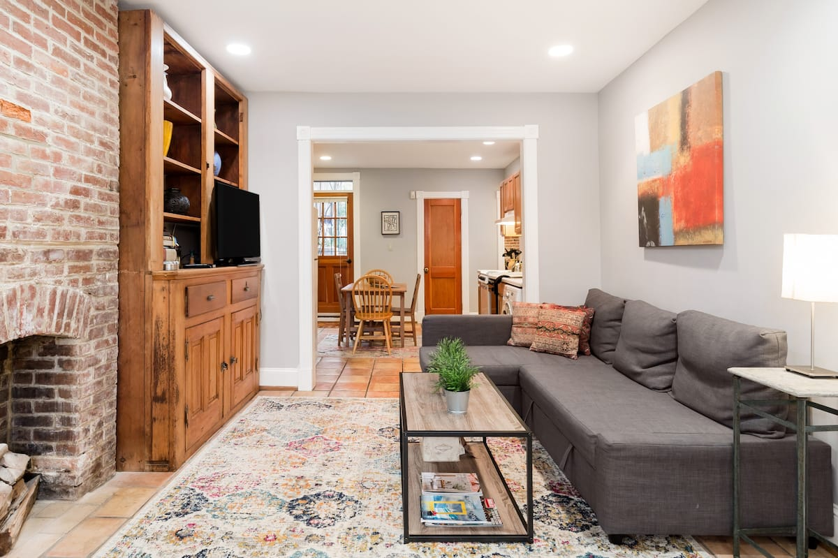 Affordable & Charming Apartment on Capitol Hill, Sleeps Five