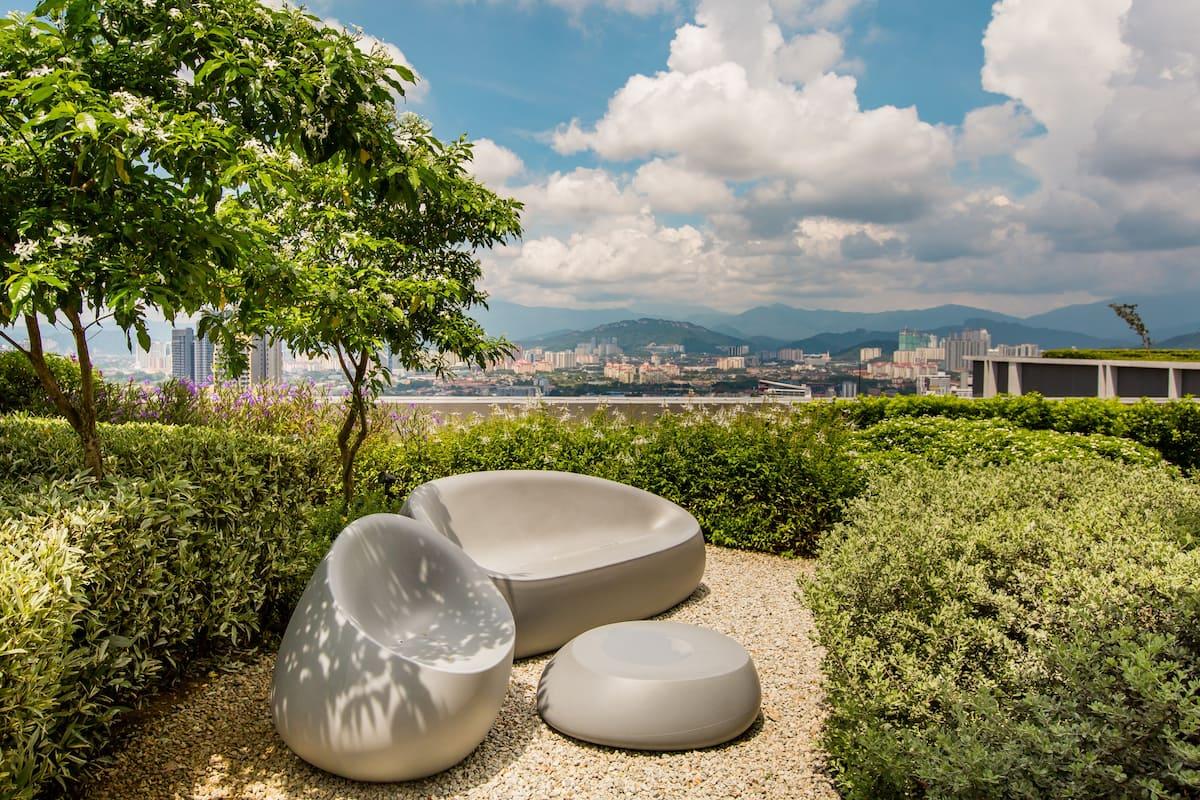 Modern Luxury Suite with Beautiful Rooftop Garden