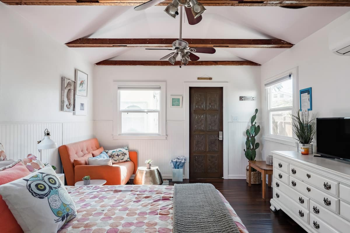 Beach Cabin Guesthouse with Patio Deck