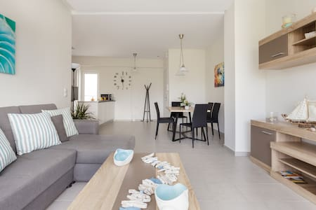 Luxurious, Brand New Home Just 50m from the Beach