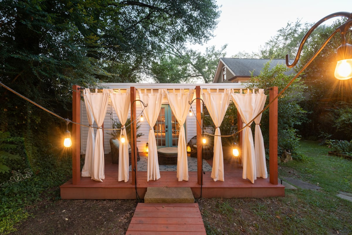 Magical Cabbagetown Guesthouse with a Glamorous Garden Deck