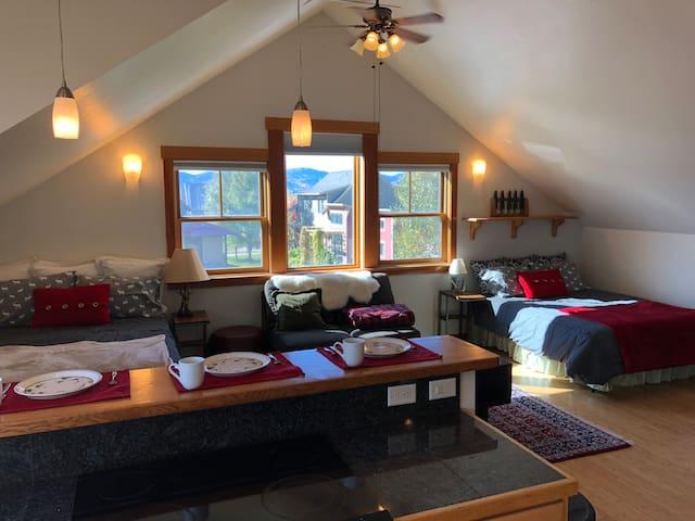 The Sunlit Grand Teton Chalet (Private Apartment)