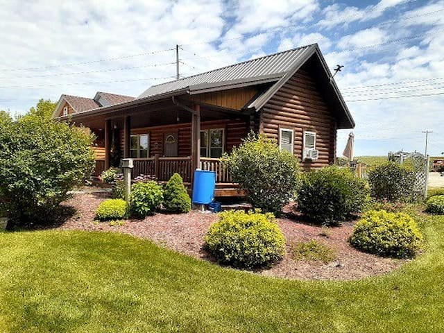 Cozy Log cabin, separate residence on hwy 18