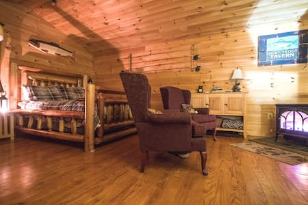 Cozy Wooded Cabin/private hot tub/fireplace/river