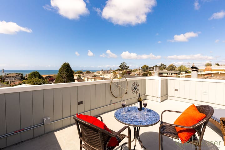 Remodeled Beach House w/Roof Top & Deck Ocean View