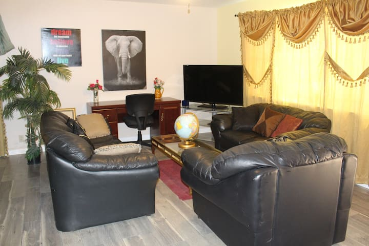 Charming, private 1-bd unit close to shops & frwys