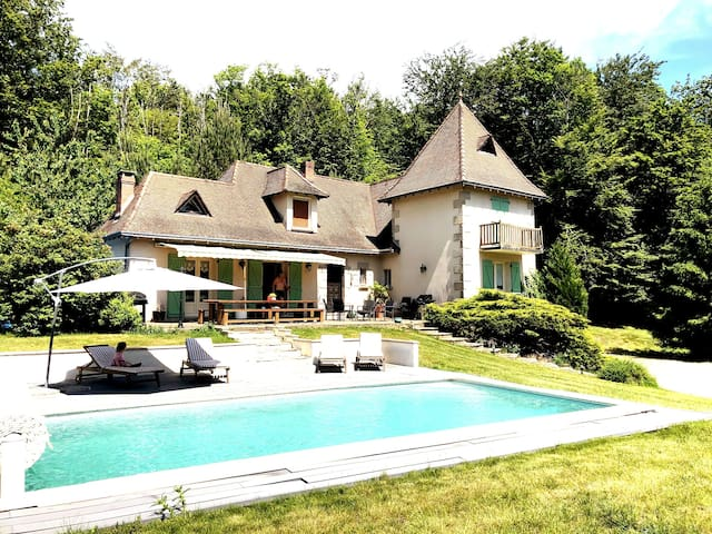 Private Villa, pool, large grounds, Nr airport