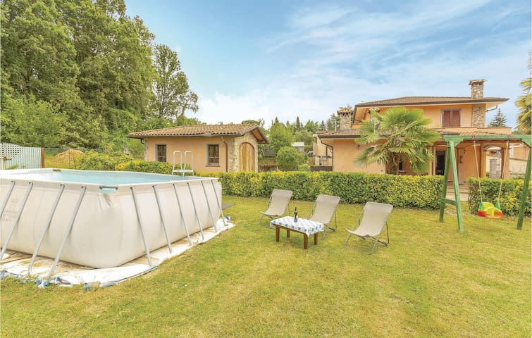 Semi-Detached with 4 bedrooms on 180m² in Camaiore