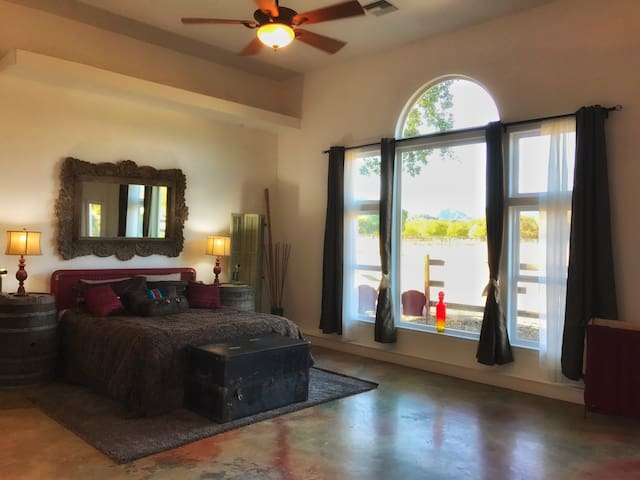 A Ranch Retreat Villa-SelfCk In~prof clean-animals