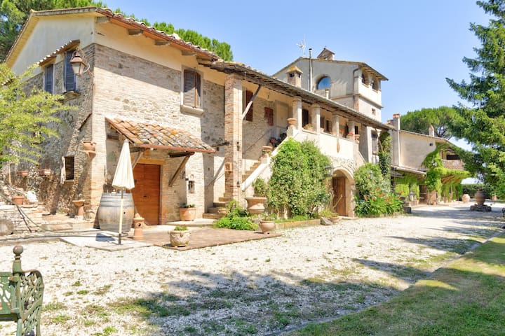 Agriturismo with swimming pool, quiet valley, mountain bikes available
