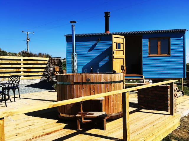 Bea's Hut by Sandy Beach Anglesey with hot tub