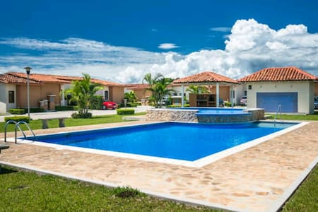 Entire home by airport on way to beach