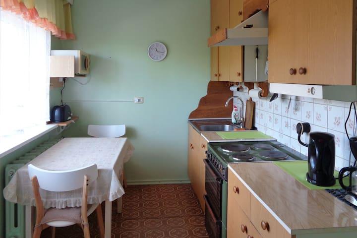 Lihtne kodune korter köögi, rõdu ja vanniga