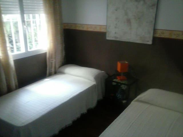 Alquiler de habitación con dos camas y baño propio