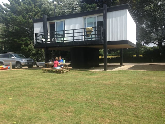 Unusual 2 bedroomed deckhouse by the sea