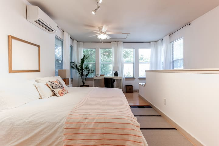 Walkable Cherrywood Loft, close to UT and Downtown