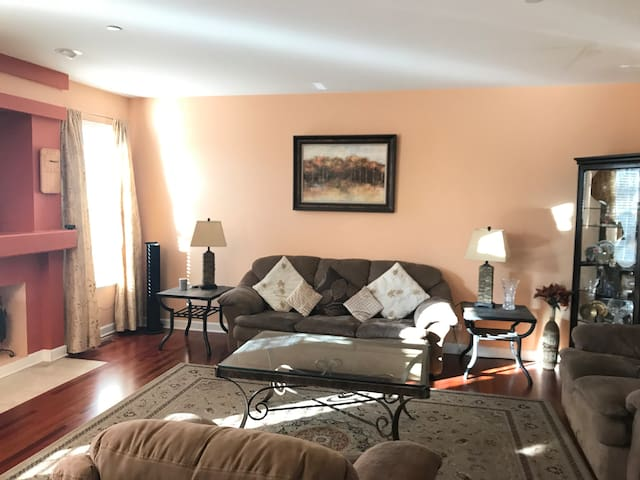 Spacious 4BR quite home big groups Great price !!