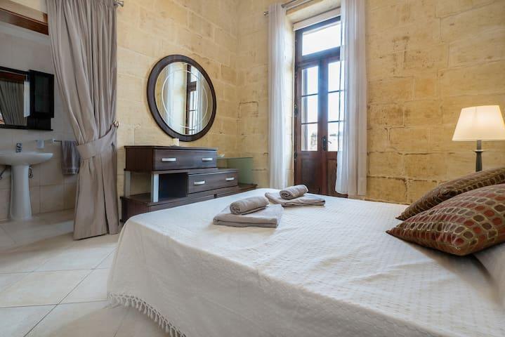 Double bedroom w/Private bathroom & pool