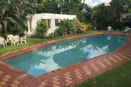Guest cottage/pool/tropical yard