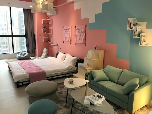 【卡尔佩】乐活/饕界美食街/绿地蓝海/腾飞大厦 全新客房设计理念 为您打造智慧影音的第二个家
