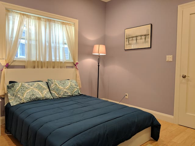 Large Bedroom Steps from Subway (Ground Flr Room)