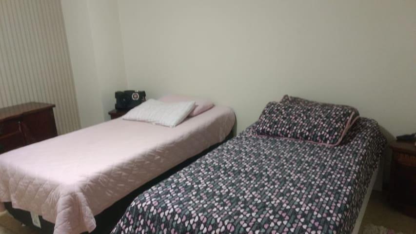 Quarto cama casal ou 2 cama solteiro + garagem