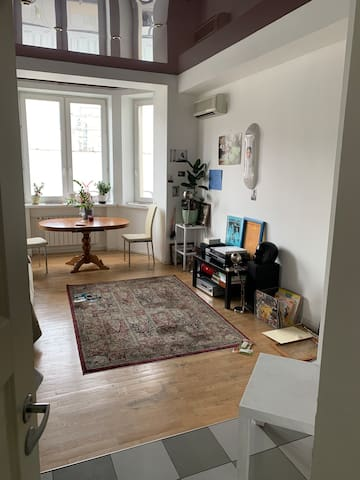 Просторная комната в квартире с видом на Тверскую