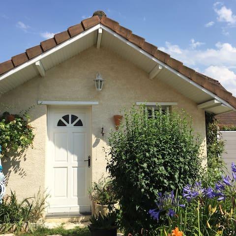 maisonette indépendante avec accès à la piscine