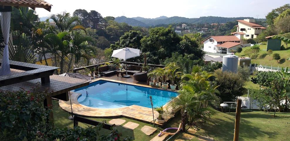 Casa charmosa com piscina em Cond. Alpes Guararema