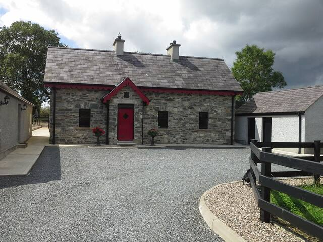Muckno Lodge - Spacious Cottage with Lake views
