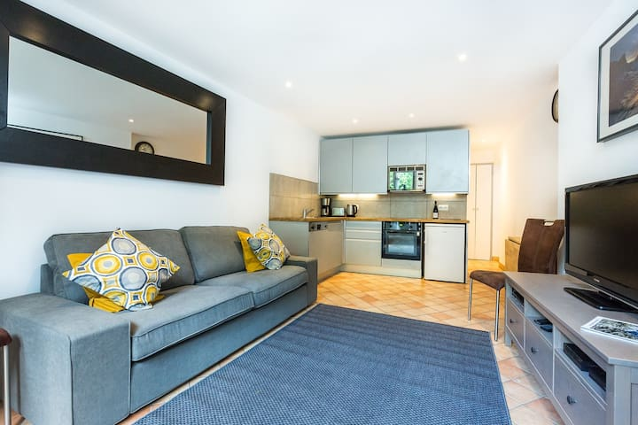 2 bedroom garden apartment, central location