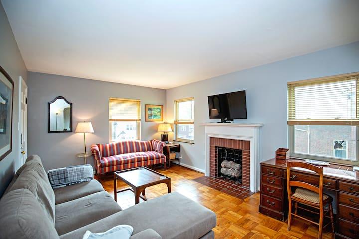 HYDE PARK COZY & COMFY 1 BEDROOM KING BED + OFFICE