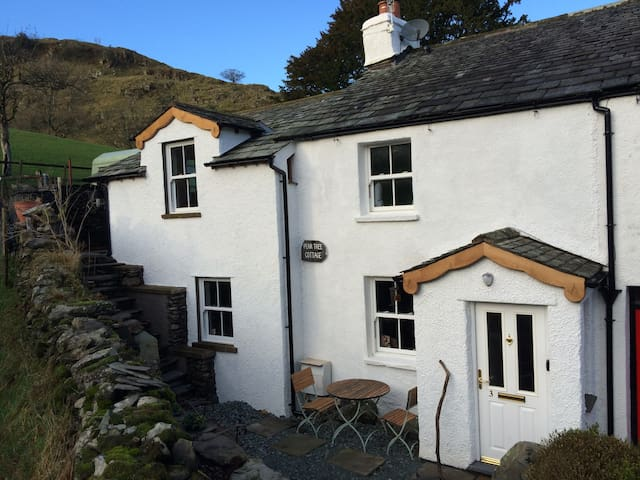 PEAR TREE COTTAGE NR. WINDERMERE/FREE-WIFI-SKY TV
