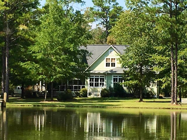 Charming Southern Living Cottage on the lake!