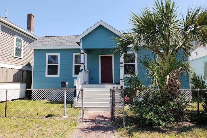 Renovated- Just steps from the Gulf. Sleeps 6!