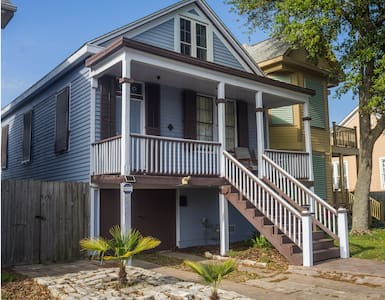 Cute 1890 Cottage in Island Center