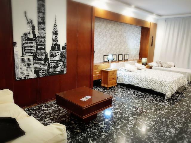 Amplia y Luminosa habitacion privada en el centro.