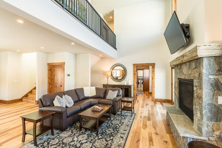 MOUNTAIN ELEGANCE- Fresh and New- Great Location