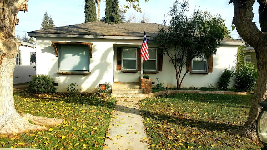DowntownAdorable 3 Bedroom Home near 99FWY & HWY58
