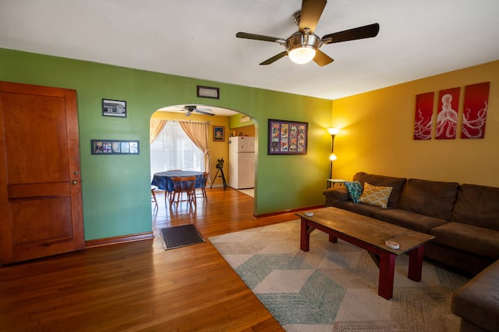 Entire Home: King Bed, Patio, Close to Everything