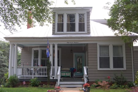 Spacious 2br suite in historic home near downtown!