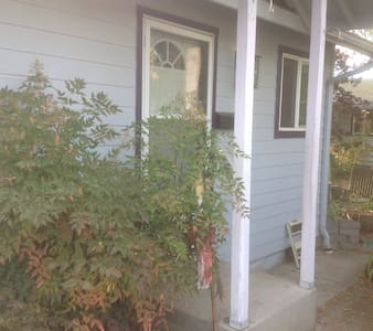 Charming Studio Cottage near U of O
