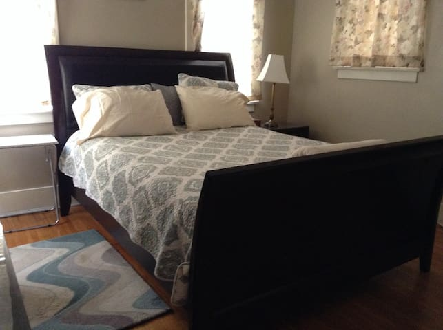 Northeast Pasadena: Master Suite