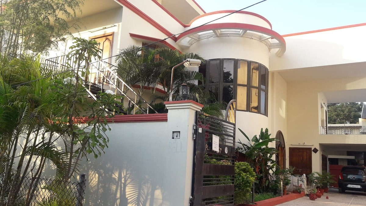 Elan Home Stay-4 luxury rooms